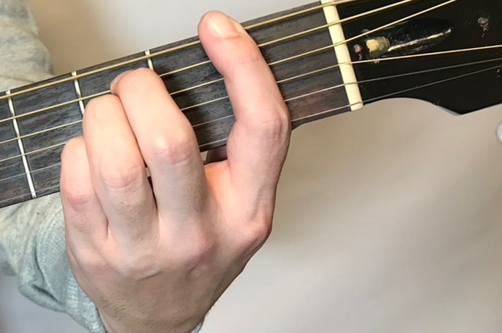 ギターでFsus4を押さえている写真