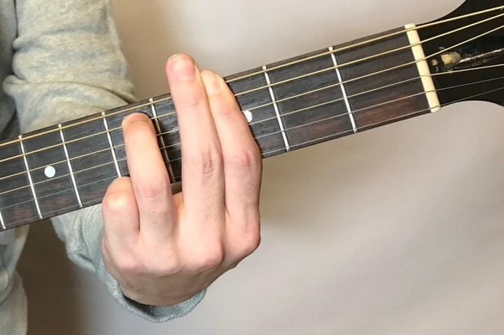 ギターでGm7のコードフォームを押さえた写真