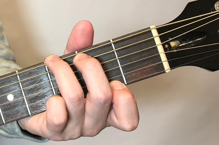 ギターでGmaj7を押さえているコードフォーム