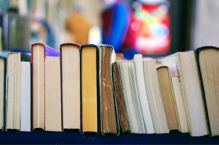 本がたくさん並んでいる写真