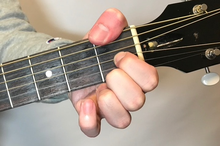 ギターでFdimを押さえている写真