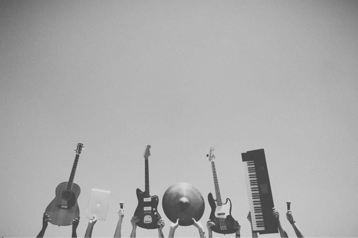 みんなで色んな楽器を持っている写真