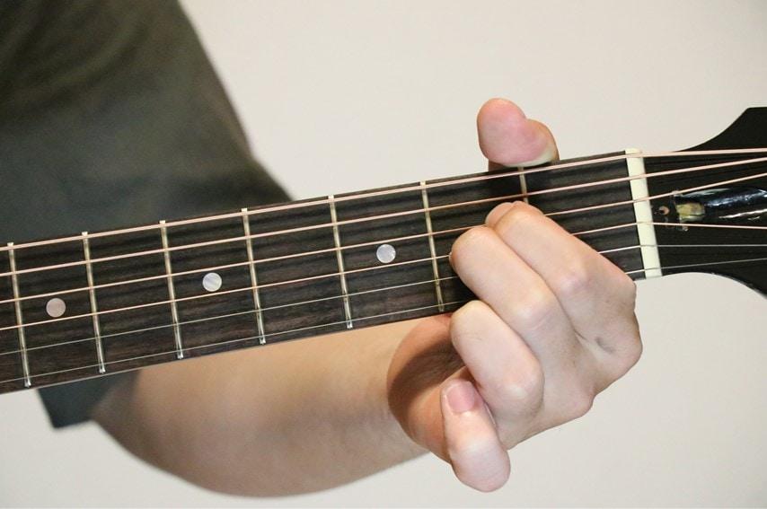 ギターでAadd9コードを押さえているところ