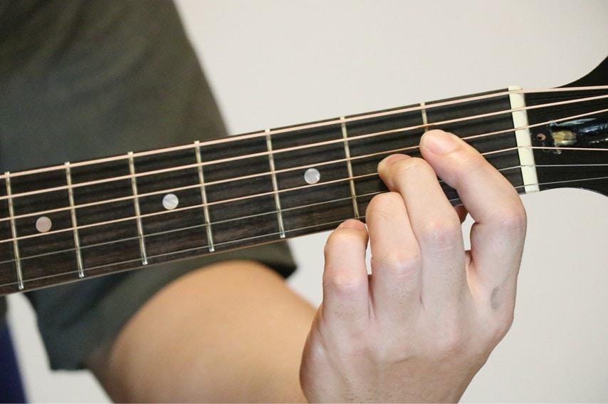 ギターでAdimコードを押さえているところ