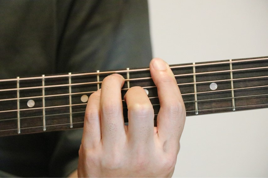 ギターでA♭コードを押さえているところ