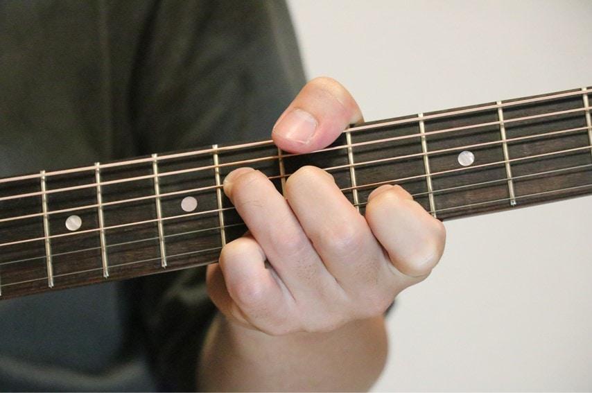 ギターでA♭add9コードを押さえたところ