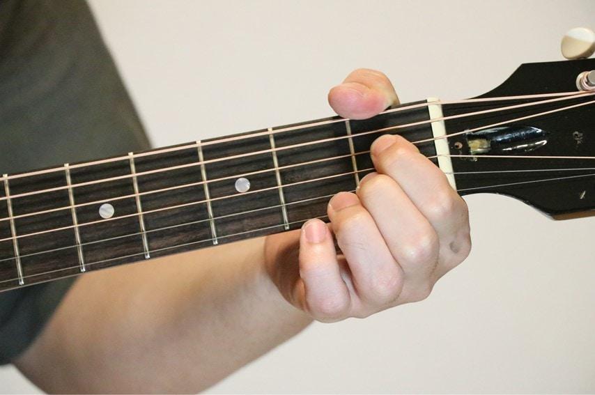 ギターでAm7-5を押さえているところ
