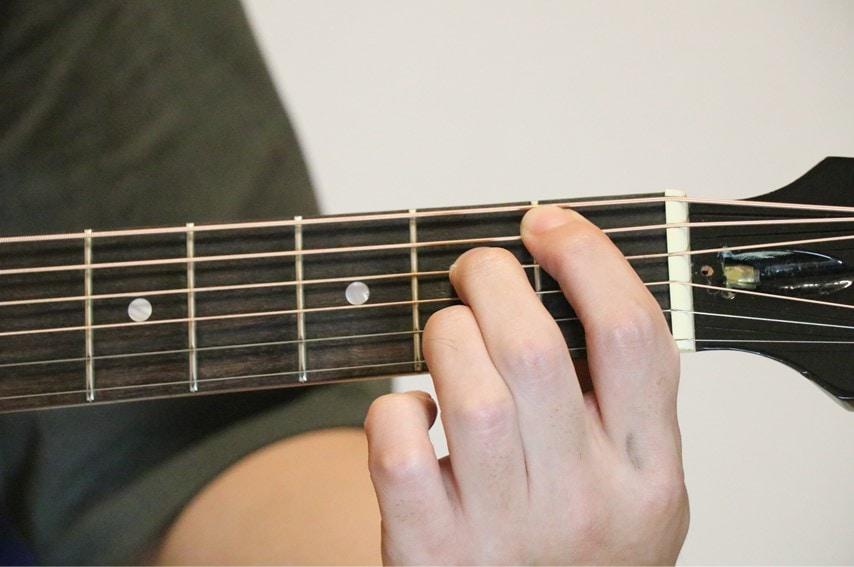ギターでA#dimコードを押さえているところ
