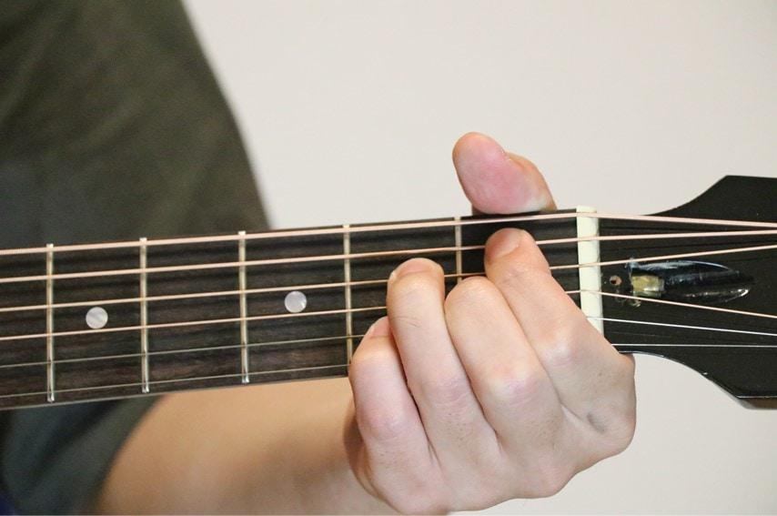 ギターでA#m7-5コードを押さえているところ