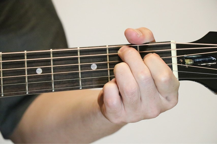 ギターでB7コードを押さえているところ