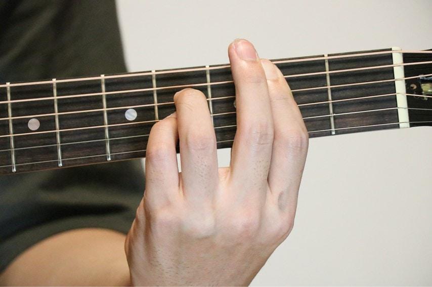 ギターでBadd9コードを押さえているところ
