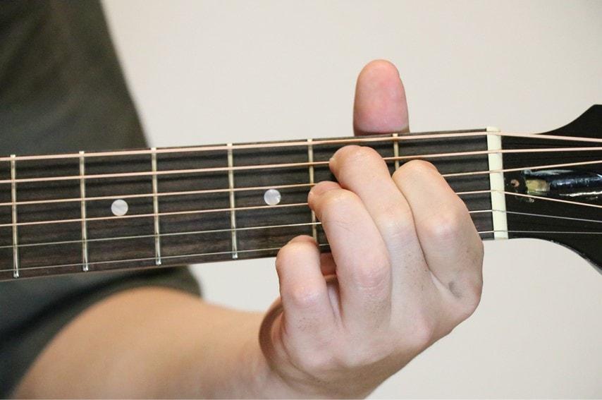 ギターでBaugを押さえているところ