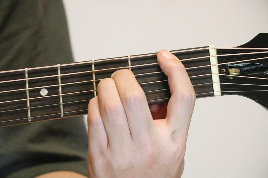 ギターでB♭コードを押さえているところ
