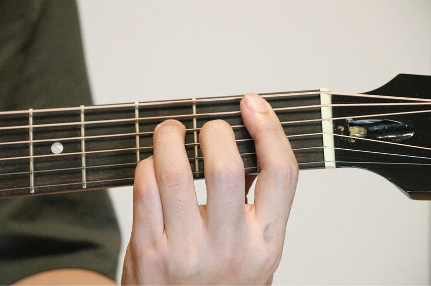 ギターでB♭maj7を押さえているところ