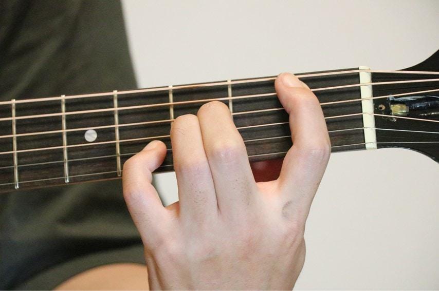 ギターでBsus4コードを押さえているところ