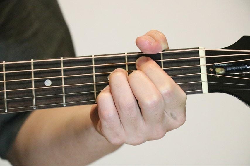 ギターでBm7-5を押さえているところ