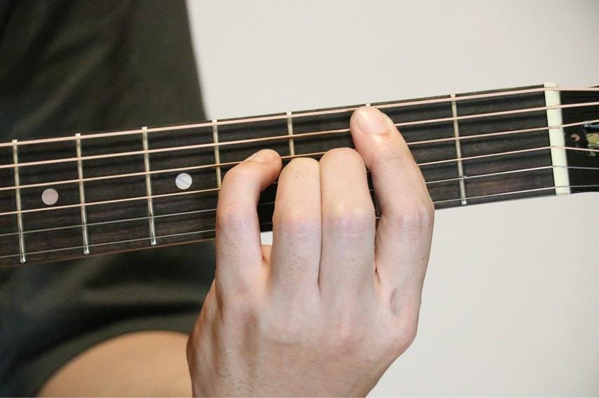 ギターでBmM7を押さえているところ