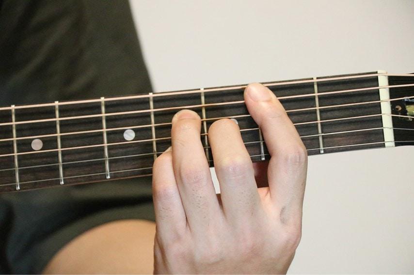 ギターでBmaj7コードを押さえているところ