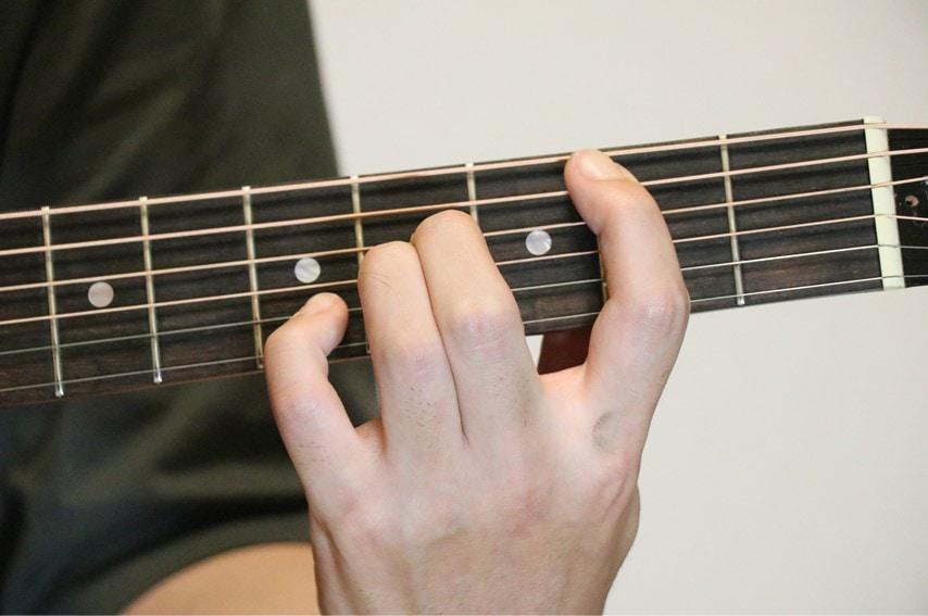 ギターでBsus4を押さえているところ