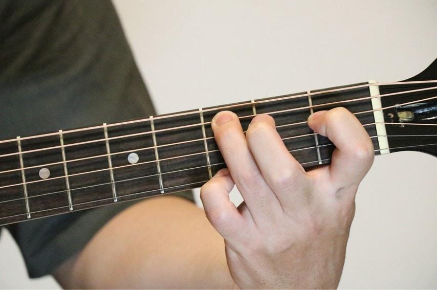 ギターでCmM7を押さえているところ