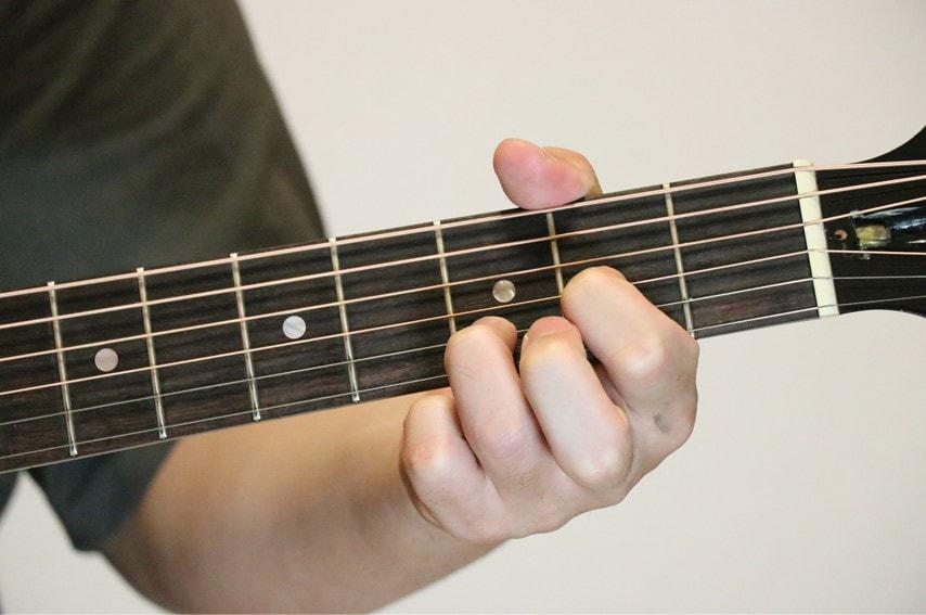 ギターでDadd9コードを押さえているところ