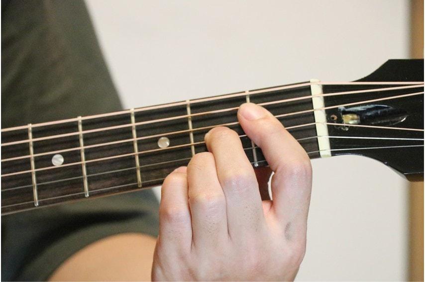ギターでD#dimを押さえているところ