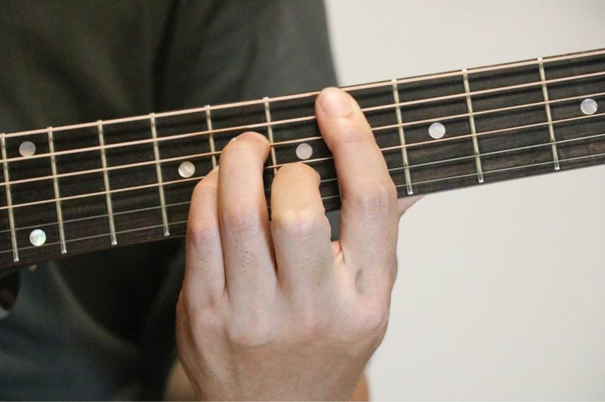 ギターでD#mコードを押さえているところ