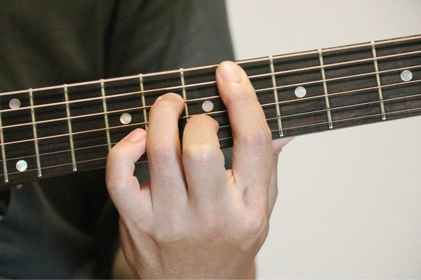 ギターでD#m7を押さえているところ