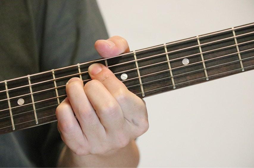 ギターでD#m7-5を押さえているところ
