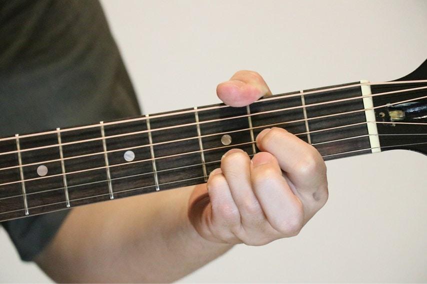 ギターでDsus4を押さえているところ