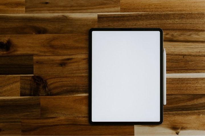 机の上にiPadを置いている画像