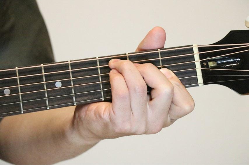 ギターでEaugコードを押さえているところ