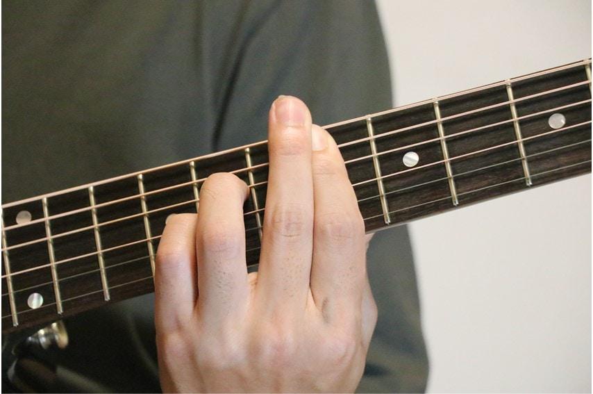 ギターでE♭add9を押さえているところ