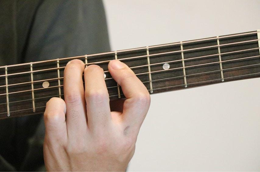 ギターでE♭augを押さえているところ