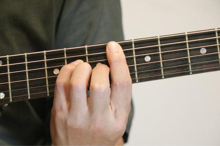 ギターでE♭mM7を押さえているところ