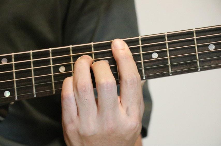ギターでE♭maj7を押さえているところ