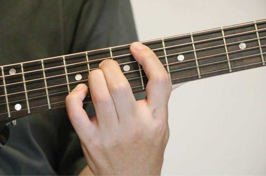 ギターでE♭sus4を押さえているところ