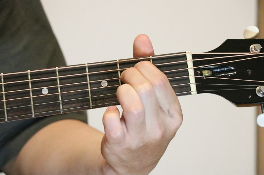 ギターでEmコードを押さえているところ