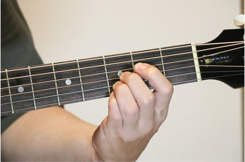 ギターでEm7-5を押さえているところ