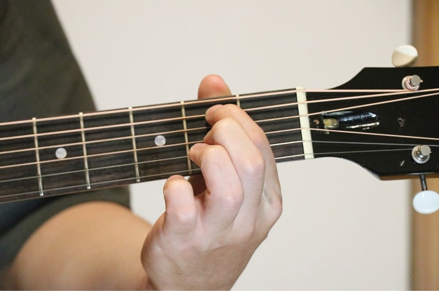 ギターでEm7コードを押さえているところ
