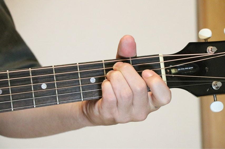 ギターでEsus4を押さえているところ