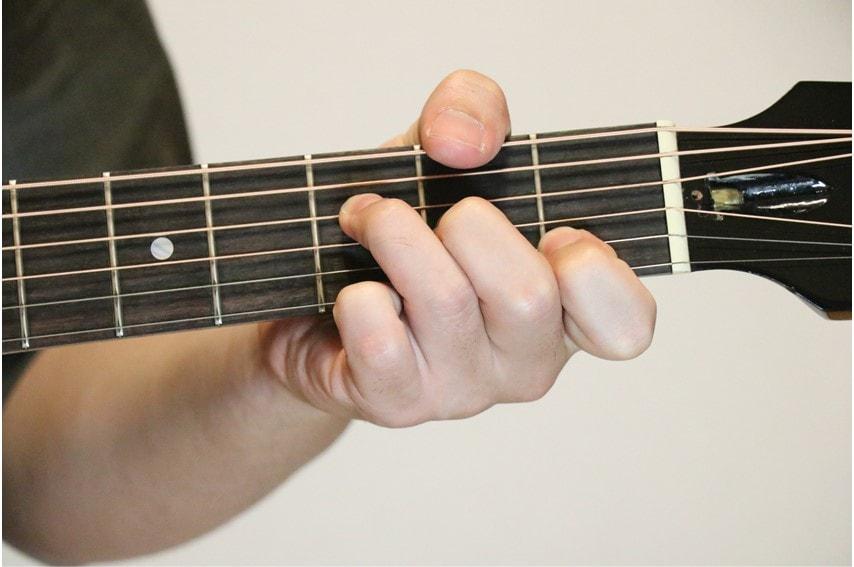 ギターでFadd9コードを押さえているところ