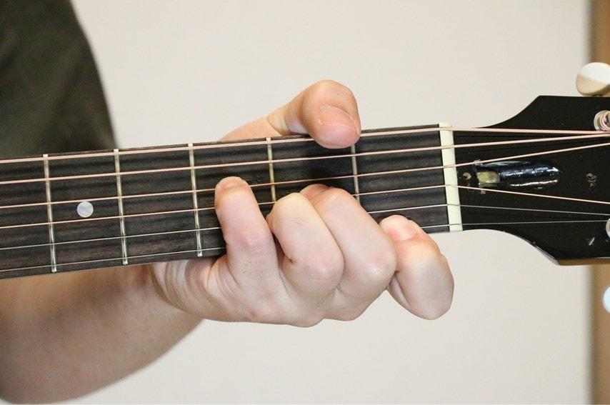 ギターでFaugコードを押さえているところ