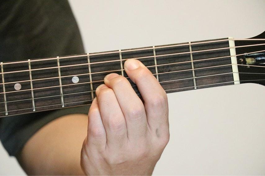 ギターでFm7-5を押さえているところ