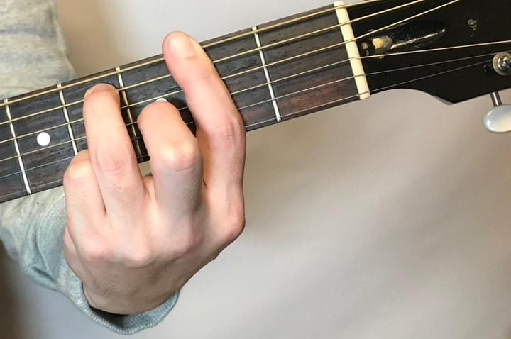 ギターでF#7コードを押さえている写真