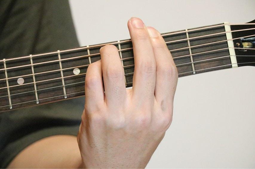 ギターでF#mを押さえているところ