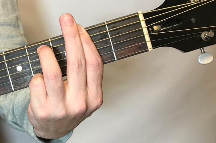 ギターでF#m7コードを押さえているところ