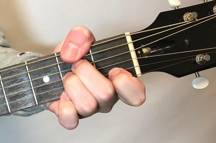 ギターでF#m7-5を押さえているところ