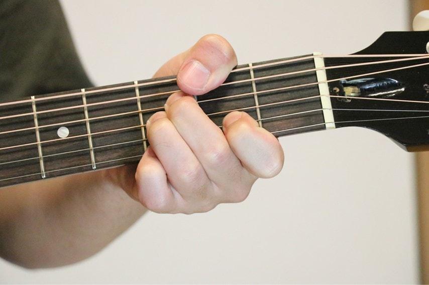 ギターでG♭maj7を抑えているところ