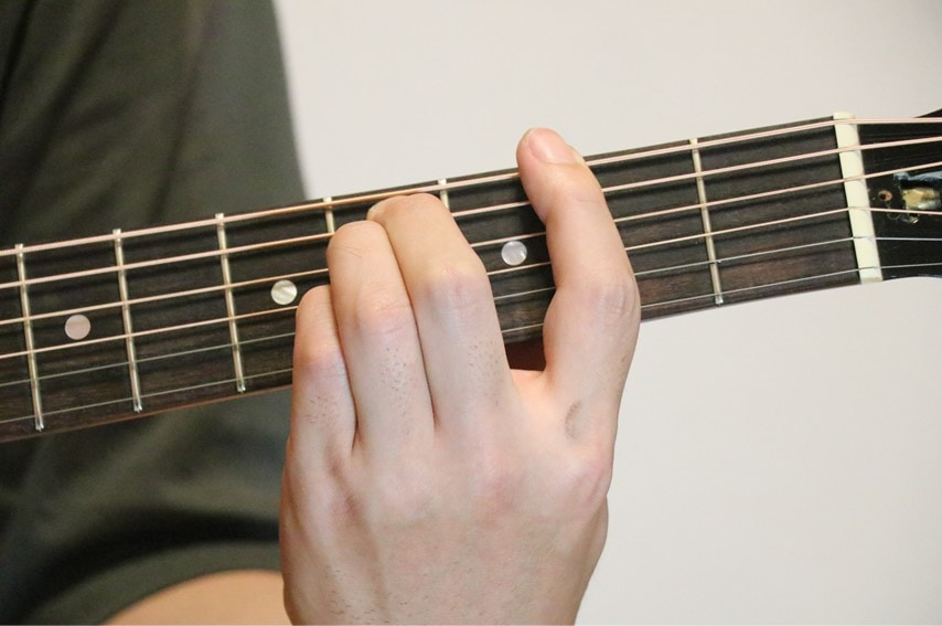 ギターでG♭sus4コードを押さえているところ